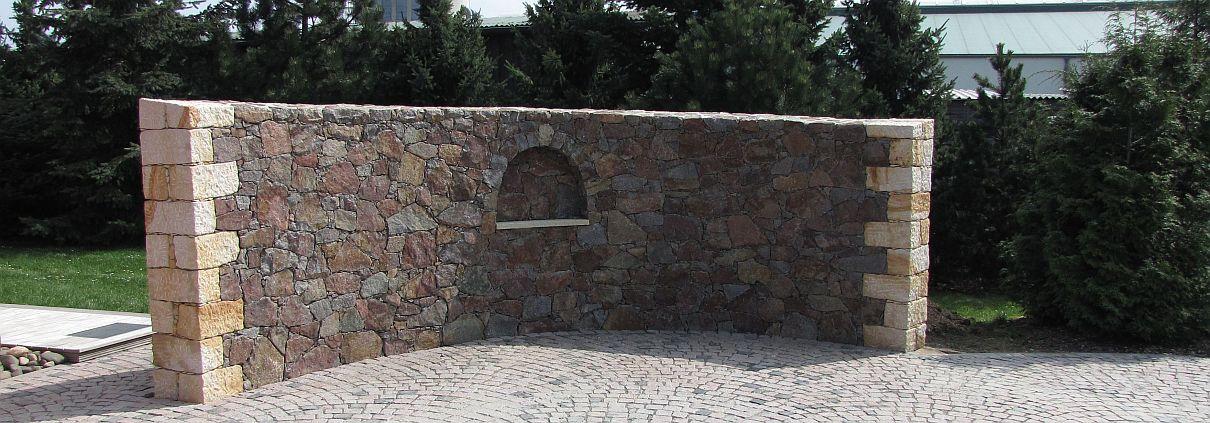 Mauer aus Naturstein geschwungen