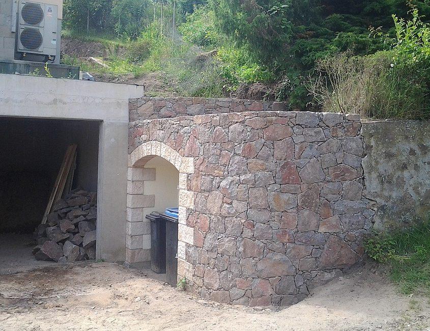 Bruchsteinmauer Müllbox