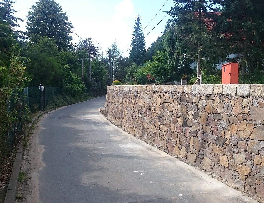 Stützmauer an Straße