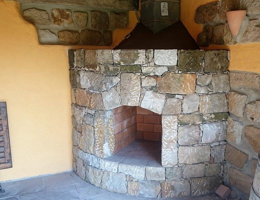 Eckkamin aus Naturstein für den Innenbereich