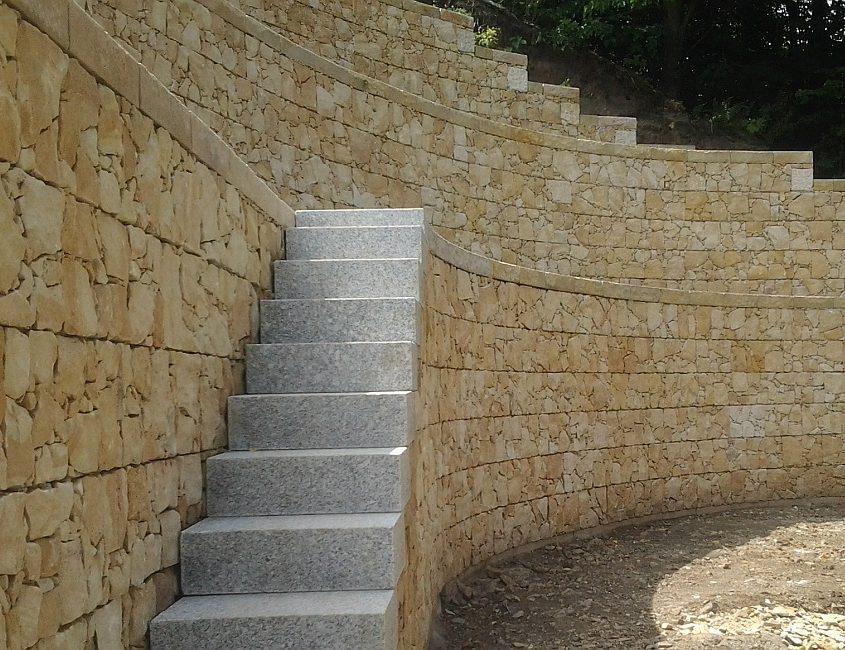 Hangabstützung und Treppe