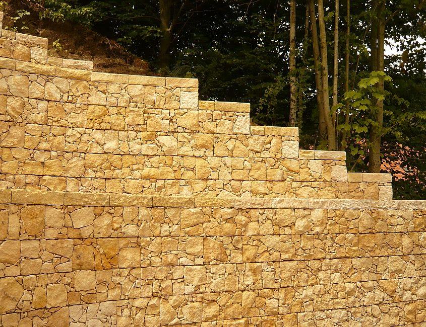 Stützmauer mit Blöcken