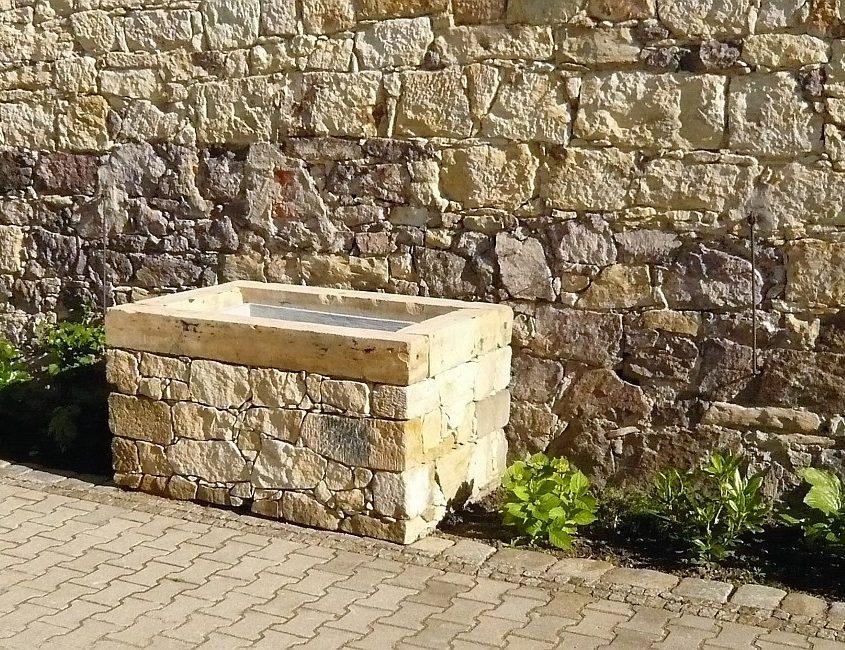 Naturstein-Wassertrog